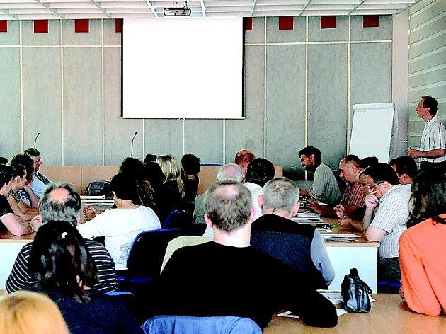 Z NEDÁVNÉHO SETKÁNÍ, na němž radnice diskutovala s veřejností o budoucnosti areálu bývalého letního kina.