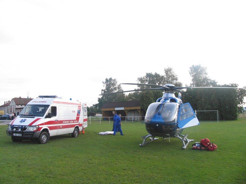 Na silnici u Sebranic na Litomyšlsku se stala ve čtvrtek odpoledne dopravní nehoda. 39letý řidič s vozem Škoda Felicia srazil při předjíždění v protisměru cyklistu. Těžce zraněného 44letého muže přepravil do nemocnice v Pardubicích vrtulník.