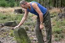 Jaroslav  Nesiba instaluje na místa  ukradených  hraničních kamenů  provizorní roury.  Javornický hřeben zmapoval  s členy Moravskoslezské akademie také revírník Miroslav  Odvárka, který si  chybějících mezníků všiml.