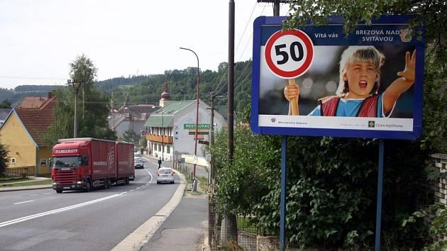 Řidiče upozorňuje na povolenou rychlost bilboard na začátku Březové nad Svitavou.