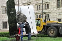 První sochy mizí z města.