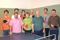 Jaroslav Nepraš (třetí zprava) mezi morašickými stolními tenisty-