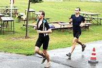 Běžecký úsek byl velkou zkouškou sil, neboť jednak měli závodníci za sebou plavání i cyklistiku, jednak hustě pršelo.
