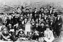 Skupina členů sociální demokracie ve Svitavách v roce 1909.
