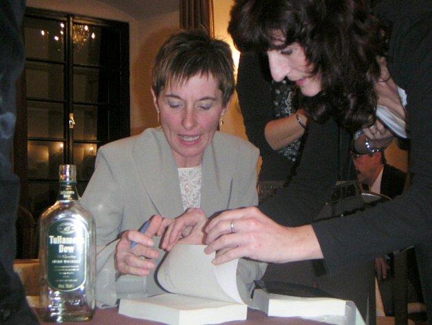 Překladatelka Kamila Weiserová z Lanškrouna na nedávné autogramiádě. Na křtu překladu irského autora nemohlo chybět typické irské pití.