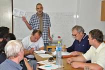 Jednání v Makově ohledně zápachu z farmy bylo chvílemi plné vášní.  Členové sdružení si stáli za svým, stejně jako zástupce  Druporku Petr Hájek.