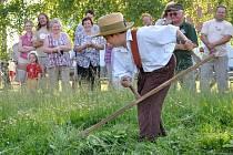 V Poříčí  se v sobotu uskutečnila soutěž O zlatou kosu. Sekání kosou předvedl i sedmiletý Vojtěch Faltys.
