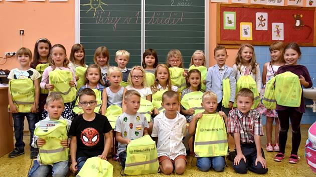 Prvňáčky v Dolním Újezdu přišel pozdravit starosta Miloš Vrabec. Děti navíc dostaly dárky od Pardubického kraje. Do lavic jich v největší obci okresu usedlo 24.