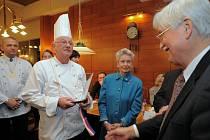 Soutěži o nejlepší houskový knedlík předsedá labužník Karel Schwarzenberg. Českou gastronomii vyznává také Jiří Dienstbier, který svitavskému šéfkuchaři blahopřál k umístění.
