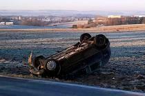 Řidič na namrzlé vozovce boural, jeho vůz se přetočil na střechu
