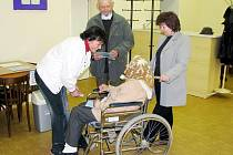 Komunální volby 2010. Pohledy. Voleb se zúčastnila i Anežka Roučová, které je 84 let.