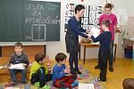 Předávání vysvědčení na Základní škole U Školek se lišilo v mnoha ohledech. Žáci prvních ročníků nejprve absolvovali cestu za vysvědčením, při které si zábavnou formou zopakovali co všechno umí.