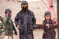 Fotograf Daniel Hlaváč zachycuje v Afghánistánu na misi nejen život vojáků, ale také místních lidí, žen a dětí, s nimiž se setkává. Afgánští kluci.