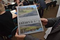 Dcera pamětnice z Ležáků darovala školám knihy.
