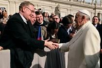 Otec  Pavel Dokládal (vlevo) při setkání s papežem Františkem vzpomenul i Koclířov a  národní centrum Českomoravské Fatimy.