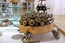 DĚTEM OD 0 DO 100 LET. V prostorách Městského muzea a galerie ve Svitavách se v sobotu uskutečnila vernisáž brněnského výtvarníka Rudi Lorenze. Autor pracuje především s přírodními materiály, ale také s kovem, porcelánem a předměty denní potřeby, z nichž