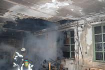 Čtyři hasičské jednotky likvidovaly v úterý po dvacáté hodině požár skladové haly.