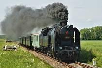 """,,UŠATÁ"""" parní lokomotiva z roku 1935 poveze vozy doprovázené personálem v dobových stejnokrojích."""