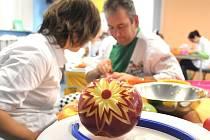 Carving neboli vyřezávání z ovoce a zeleniny je dnes populární a zdobí každou větší hostinu.