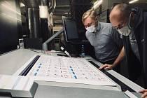 TISKÁRNA v Litomyšli otestovala novinku v České republice. Tiskoviny ošetří antimikrobiálním lakem.