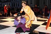 Živé šachy z Banské Štiavnice přijely do Svitav. Lidé si z náměstí odnesli nezapomenutelné zážitky z nezvyklé šachové partie pod širým nebem.