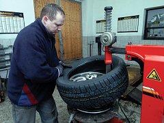 Ilustrační foto: Výměna pneumatiky na zimu nestačÍ. Řidiči by si měli zkontrolovat také veškeré kapaliny, například v ostřikovači, a neměli by zapomenout na seřízení brzd.