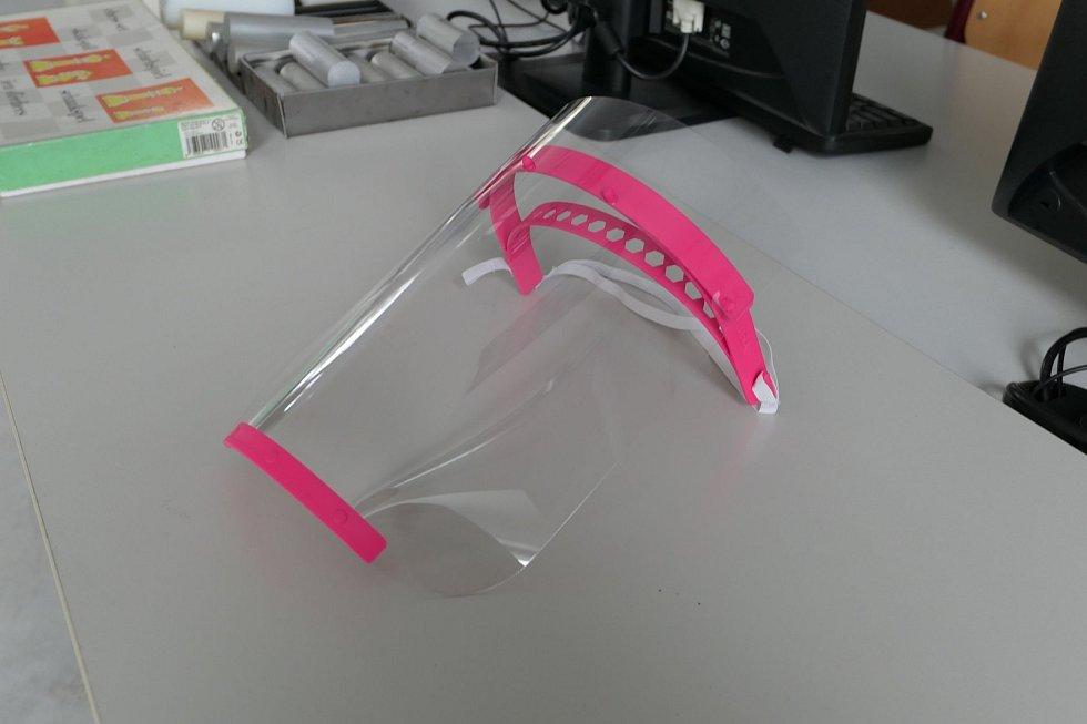 Školy ve Svitavách a Poličce a knihovna v Poličce rozjely na 3D tiskárnách výrobu štítů pro zdravotníky.