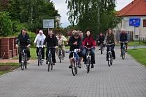 CYKLISTICKÝ VÝLET? Kdepak! V Dolním Újezdu si připravili pro komisaře překvapení a nabídli  jim prohlídku vesnice na elektrokolech. I tím možná komisi Újezdští zaujali.