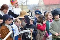 Více než sto masek se vydalo na masopustní pochůzku v Morašicích. Děti i učitelé si na jejich výrobě dali záležet