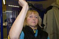 Hana Sedmíková ukazuje modřiny na rukou. Podobné má po celém těle. Bojí se surového syna.