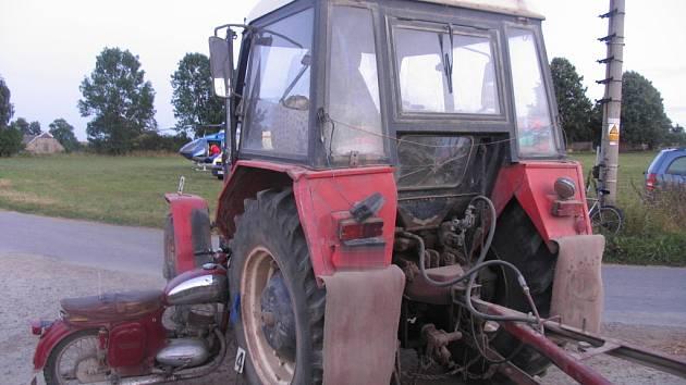 Nehoda v Radiměři na Svitavsku. Osmnáctiletý řidič motocyklu Jawa z Radiměře nedal na křižovatce místních komunikací přednost a srazil se s traktorem Zetor. Utrpěl závažné poranění hlavy, vrtulník ho dopravil do nemocnice v Pardubicích.
