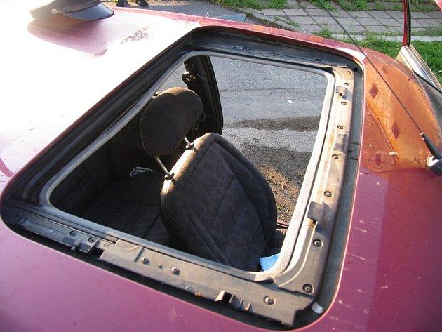Mladý šofér řídil auto přes střešní okno.