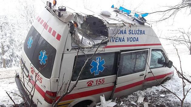 Ve čtvrtek ráno vyjížděly jednotky hasičů ze Svitav a Králík k nehodě sanitního vozu v obci Orličky u Žamberku.