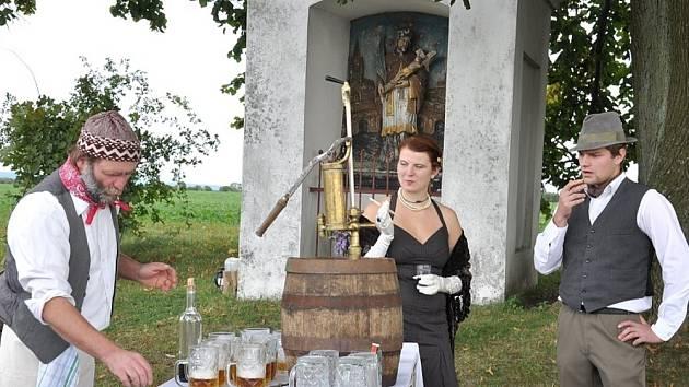 Jára Cimrman by asi zíral. Nadšenci ze Sebranic v pátek slavili svatého Václava recesí. U trati na Kněžství uspořádali čtvrtý živý obraz.