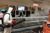 Dezinfekce v supermarketu Kubík v Litomyšli.