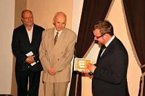 JAROSLAV MIHULE (uprostřed) je odborníkem na Martinů. Od města dostal speciální pamětní list.