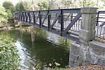 Most v parku zkorodoval a potřebuje podpory.