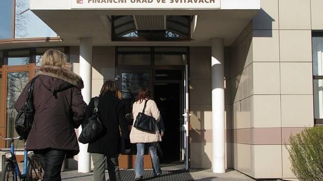 Na Finanční úřad ve Svitavách proudily od rána davy lidí.