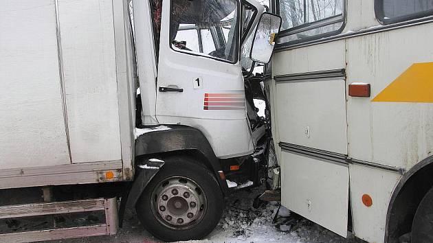 Řidič nákladního vozidla Mercedes se střetl s autobusem.