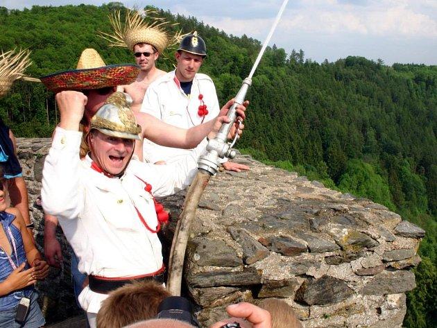 Velitel svojanovských dobrovolných hasičů Radek Svojanovský hasí z hradní věže. Celá událost bude zapsána do českého vydání Guinessovy knihy.