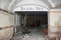 Uvítací nápis je to jediné, co zbylo z restaurace ve Slavii. Schody, po kterých se scházelo do sálu, jsou venku za zdí. Parket je pod tunami suti. Dělníci odklízejí  stavební odpad, suť, vybourávají příčky, aby mohli začít s rekonstrukcí  trojdomí.