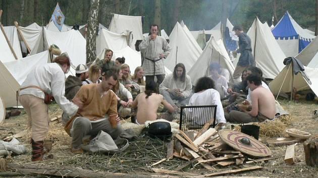 Unavení po boji. Bojovníkům po vítězné bitvě patřičně vyhládlo.