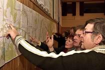 Obyvatelé Borové si prohlížejí mapu s trasou vedení drátů napětí, které se potáhnou od Hlinska až po Svitavy.