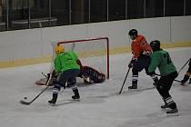 Utkání městské hokejové ligy. Peaksport vs. Makov.