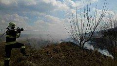 Hasiči zasahovali u pěti požárů, které vypukly při vypalování trávy.