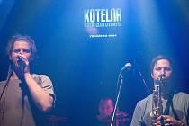 Kapela Fast Food Orchestra přilákala do litomyšlského klubu Kotelna davy svých fanoušků.