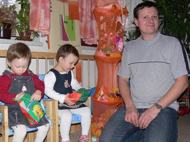 Šéfredaktorka  Svitavského deníku Magdalena  Navrátilová předala trojčatům Anetce, Ivetce a Zuzce dárky k narozeninám.
