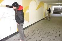 Podchod na svitavském nádraží září barvami. Místo šedé, oprýskané a popsané omítky jej zdobí zajímavá graffiti.