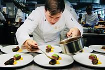 Je mu čerstvě teprve dvacet jedna let, ale v kuchařině už dosáhl obrovských úspěchů.