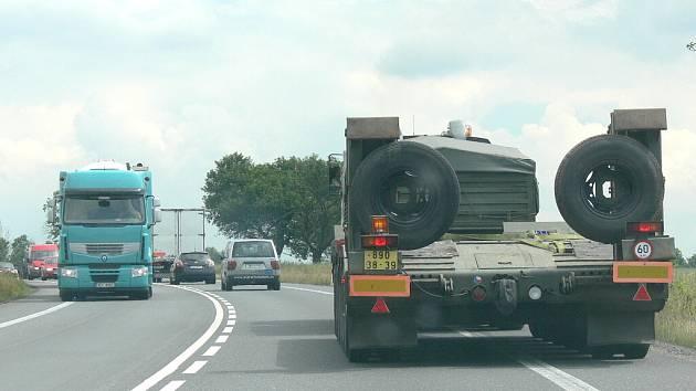 Vojenský konvoj komplikoval dopravu na silnici R 35.